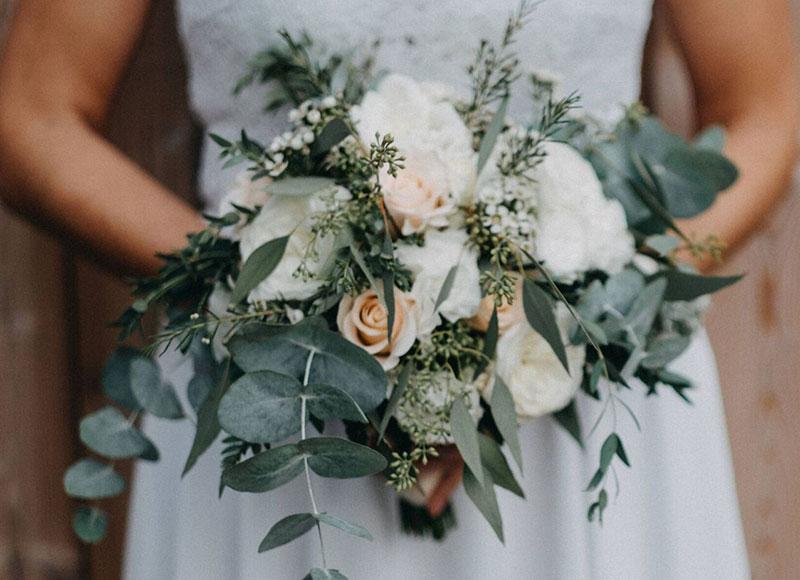 Brautstrauss 'Undone-Style' mit Eucalyptus und weißen Rosen - Kerstin Adrian