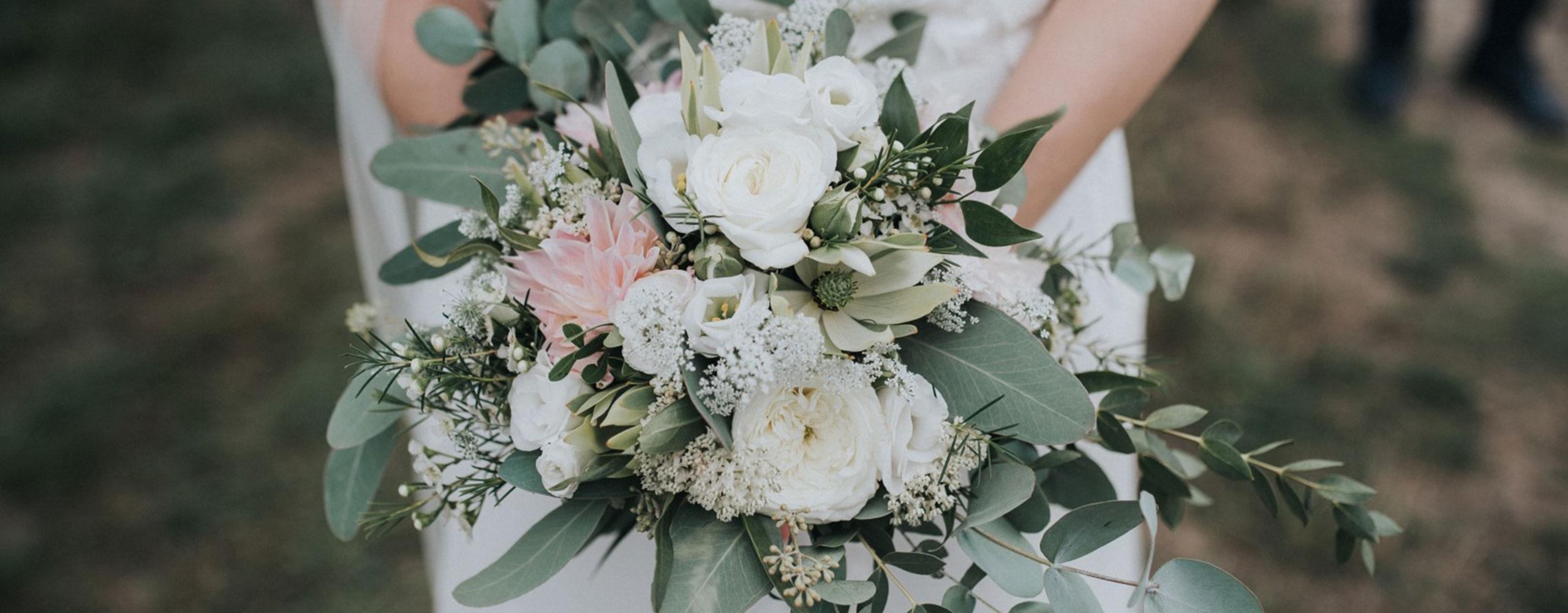 Brautrauss weiss mit rosa Dahlien und Eucalyputs - Kerstin Adrian Floristin