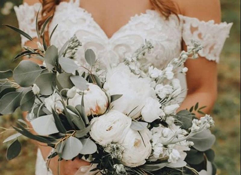 Brautstrauss in Weiss mit Eucalyptus und Rosen - Kerstin Adrian