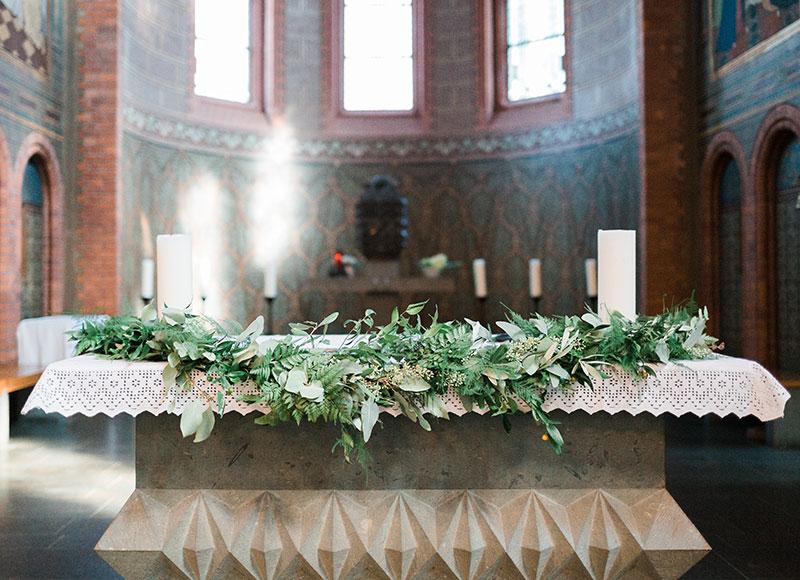 Altardekoration für die kirchliche Trauung