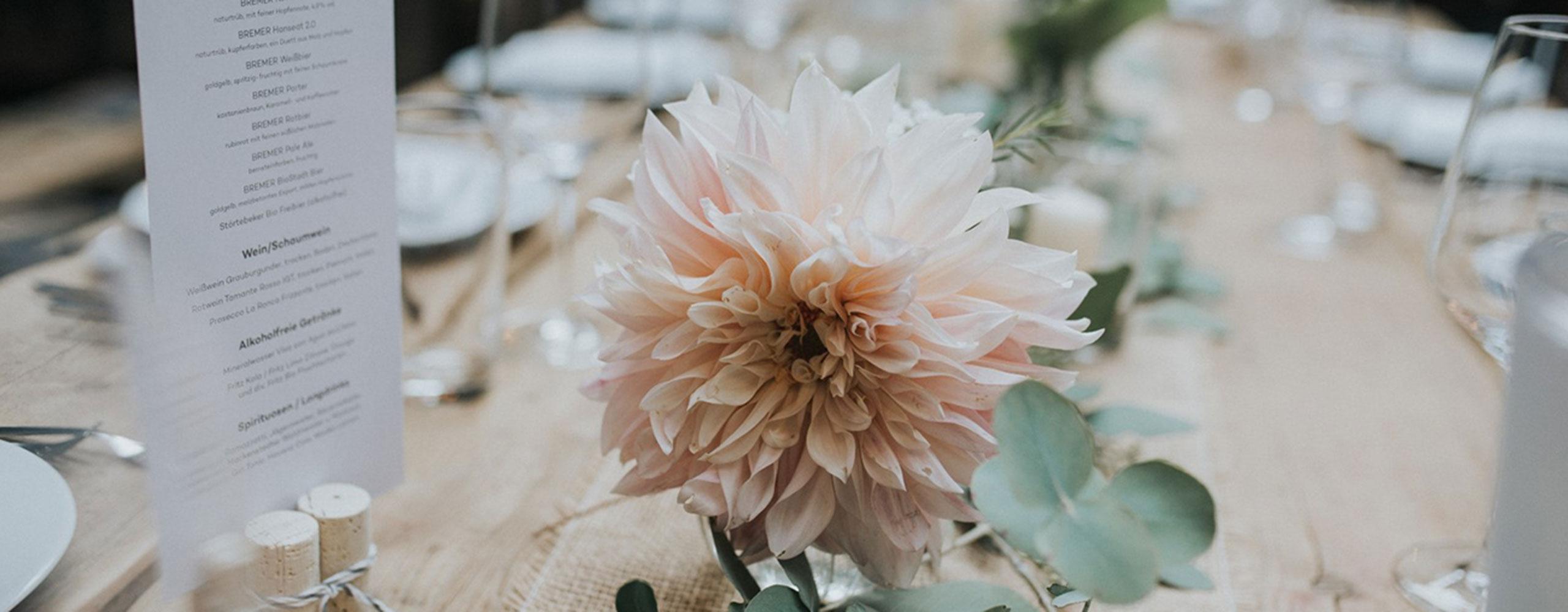 Tischdekoration Hochzeit Greenery-Style mit rosa Dahlie - Kerstin Adrian